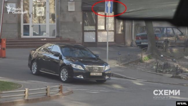 Оскільки згадана вулиця – одностороння, кортеж генпрокурорки вирулював під заборонений знак, порушуючи правила дорожнього руху