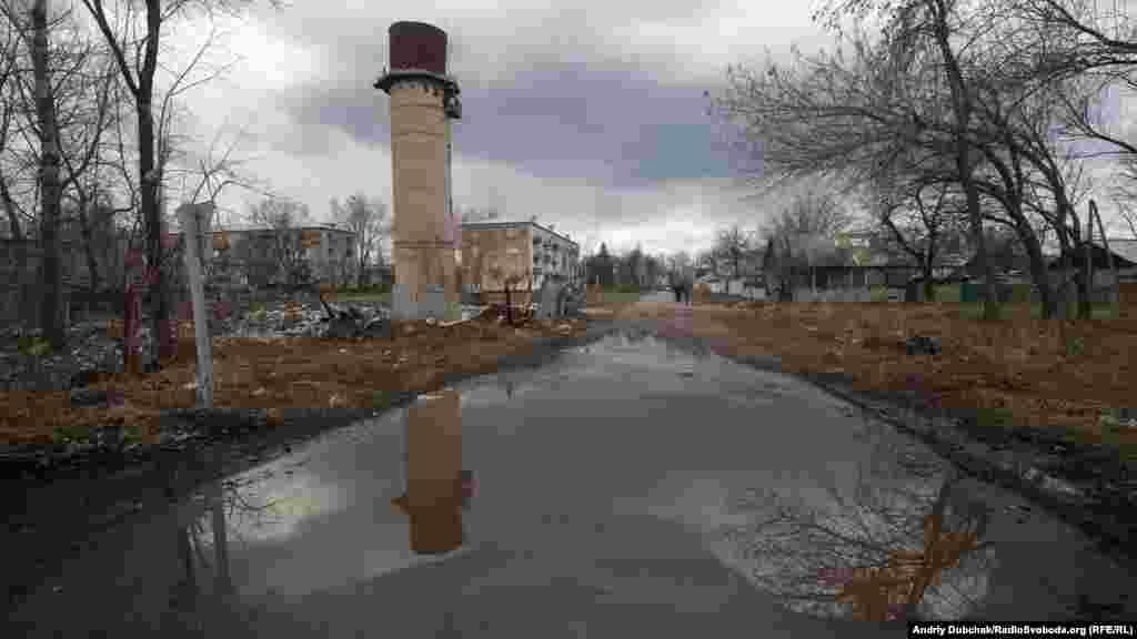 В'їзд до центральної вулиці селища Новотошківське. Крайні будинки на ній, які фактично були щитом для населеного пункту під час обстрілів у 2014-2015 роках, досі залишаються зруйнованими та майже нежилими