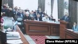 На суде по делу бывшего премьер-министра Серика Ахметова, обвиняемого в коррупции. Караганда, 30 октября 2015 года.