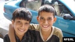 Arhivski snimak: dječaci u glavnoj ulici Kabula nude se kao tjelohranitelji. 8.09.2007.godine.