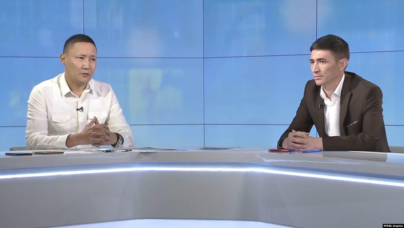 """Майор Айбек Камчыбеков жана улук лейтенант Марлис Осмонбеков """"Азаттыкка"""" маек берип жаткан учуру."""