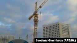 Әйелдер шығып алған кран. Астана, 11 қараша 2013 жыл.