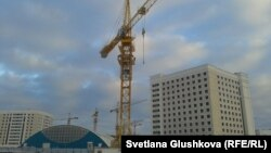 Строительный кран на Левобережье Астаны, на который забрались Сандугаш Серикбаева и Уюм Жолдасбаева. Астана, 11 ноября 2013 года.