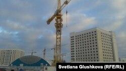 Строительный кран, на который забрались Сандугаш Серикбаева и Уюм Жолдасбаева. Астана, 11 ноября 2013 года.