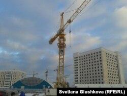 Строительный кран, на который взобрались Сандугаш Серикбаева и Уюм Жолдасбаева. Астана, 11 ноября 2013 года.