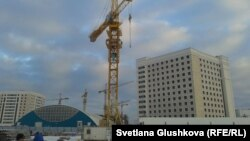 Екі әйел отырған кран. Астана, 11 қараша 2013 жыл.