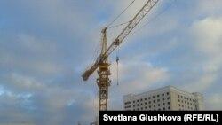 Кран басында отырған әйелдер. Астана, 11 қараша 2013 жыл.