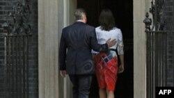 Премьер-министр Британии Дэвид Кэмерон и его жена Саманта после пресс-конференции. Лондон, 24 июня 2016 года.