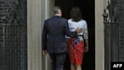 Dejvid Kameron sa suprugom nakon konferencije za novinare na kojoj je objavio da se povlači sa mesta premijera