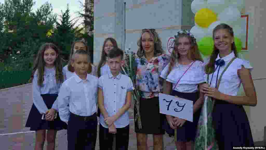 Український клас 7 «у» з учителькою Оленою Віхрастюк (в центрі). Олена Іванівна також керує в гімназії ансамблем бандуристів «Калина»