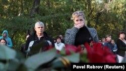 Люди собрались, чтобы почтить память погибших при нападении на Керченский политехнический колледж. Керчь, 18 октября 2018 года