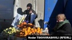 На Сухумском центральном рынке сразу бросается в глаза, что рядом с большинством ящиков с фруктами сидят – в проходах и рядом с территорией рынка – не перекупщики, а бабульки и дедульки, в садах которых они росли