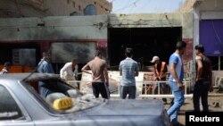 مواطنون يتجمّعون أمام موقع إنفجار في مدينة بلد