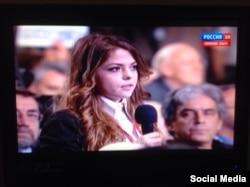 Журналистка ATR Сафие Абляева задает вопрос Владимиру Путину