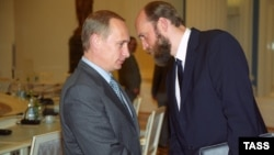 Ресей президенті Владимир Путин (сол жақта) мен Сергей Пугачев.