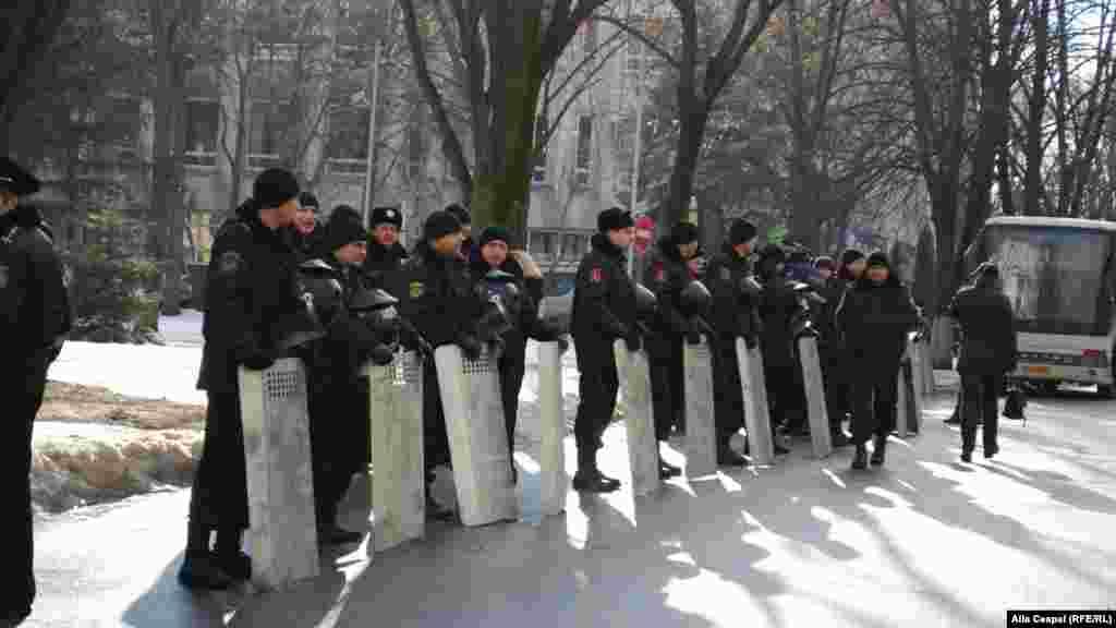 Cei mai mulţi poliţişti au fost dislocaţi în preajma parlamentului.