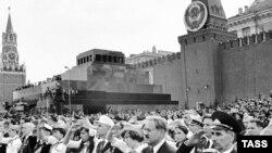 Сегодня Великая Отечественная война становится все более мифологизированной, считают социологи. Фотография парада 1975 года