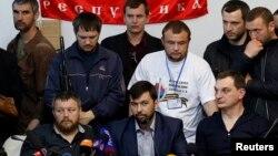 Orsýetçi separatist lederi Denis Puşilin (O) metbugat ýygnagy mahalynda, Donetsk, 8-nji maý, 2014.