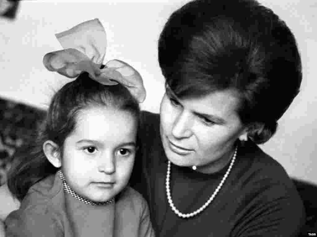 Tereshkova with her daughter Elena in January 1971