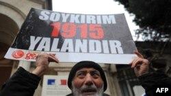 Акція протесту біля посольства Франції у Стамбулі (напис на плакаті «Геноцид – це брехня»), 23 грудня 2011 року