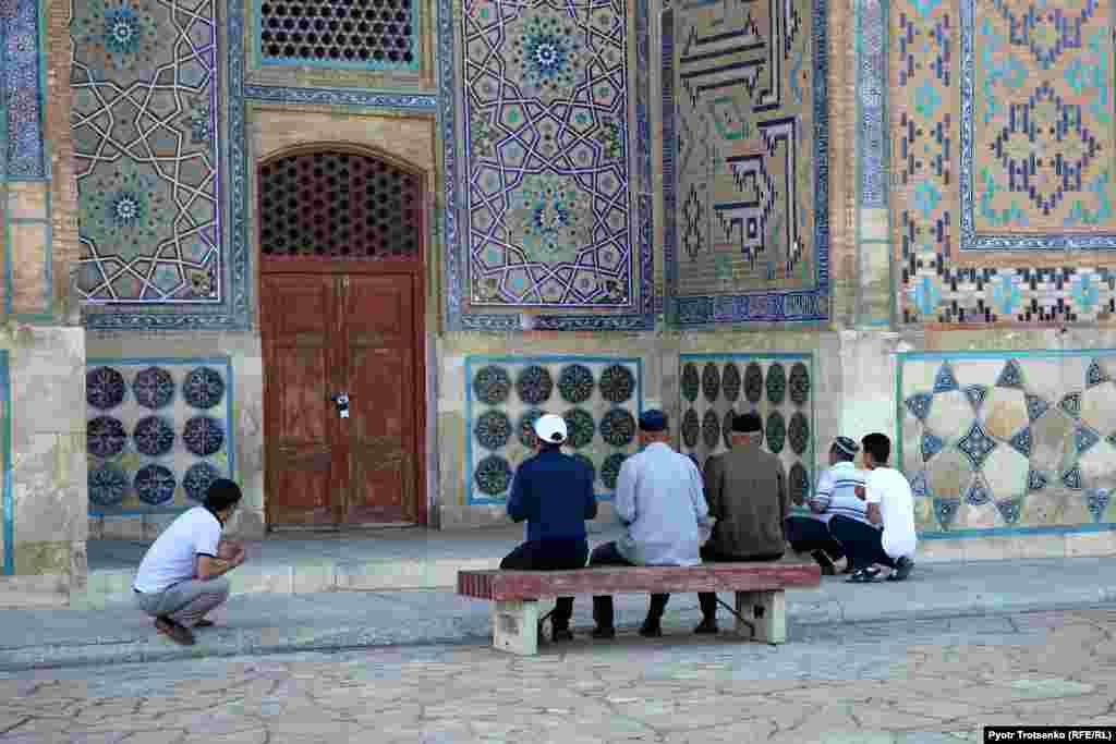 Верующие молятся у входа в мавзолей Ходжи Ахмеда Яссауи.