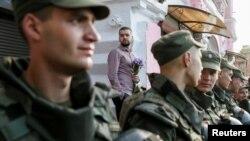 LGBT aktivista iza brojnog policijskog kordona