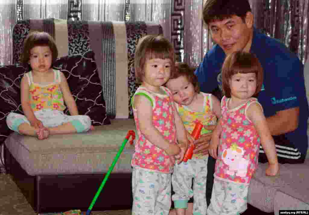 Төртемнің әкесі Есентай Қапар балаларымен бірге. Алматы, 29 мамыр 2012 жыл.