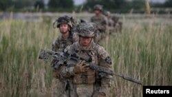 Ushtarët amerikanë gjatë patrullimit në Afganistan