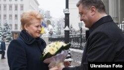 Litwanyň prezidenti Dalia Grybauskaite (çepde) we Ukrainanyň prezidenti Petro Poroşenko Kiýewde duşuşdylar. 24-nji noýabr, 2014 ý.