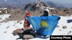 Аконкагуа шыңына шыққан қазақ альпинисі Сапфира Канаева Қазақстан туын ұстап тұр. Жеке мұрағаттағы сурет.