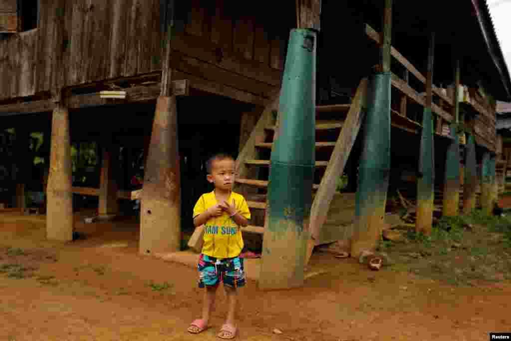 Некоторые жители используют обезвреженные снаряды в качестве декораций в хозяйстве и даже строят из них дома.