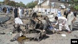Hetuesit pakistanezë gjatë punës në vendin e shpërthimit të makinës-bombë sot në Kueta