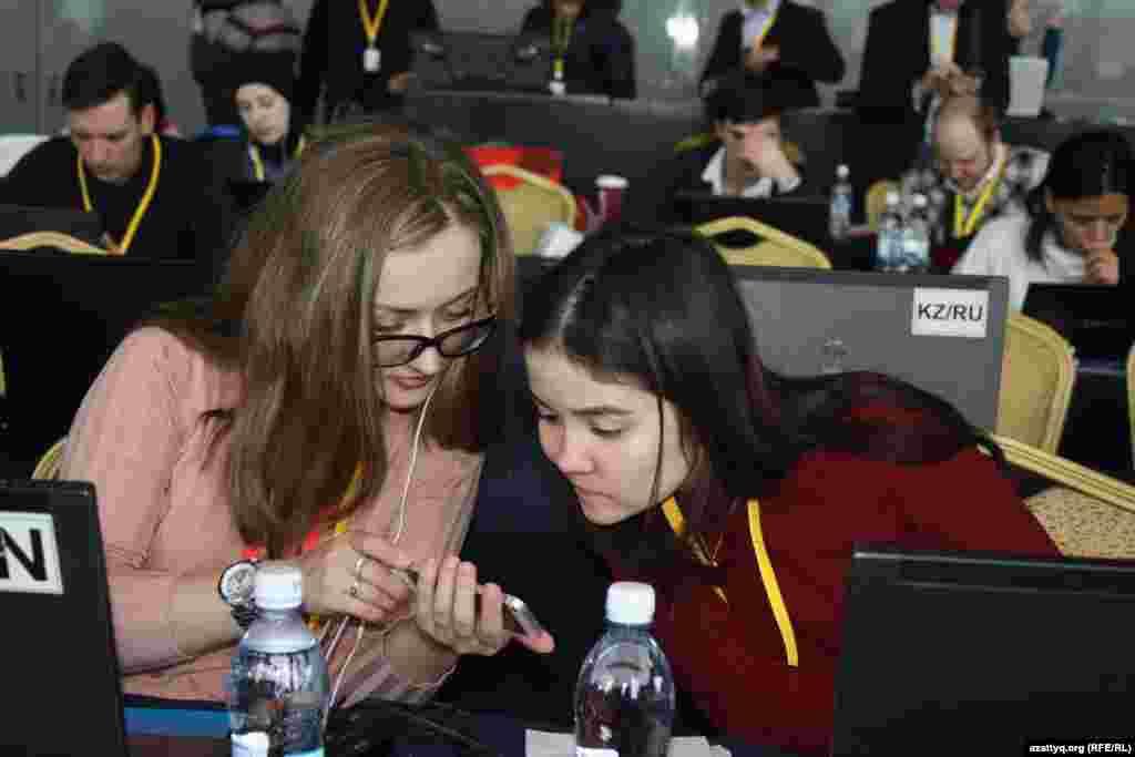 Журналисты в пресс-центре.