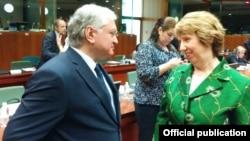 Глава МИД Армении Эдвард Налбандян беседует с верховным представителем ЕС по вопросам внешней политики и безопасности Кэтрин Эштон, Брюссель, 22 июля 2014 г․