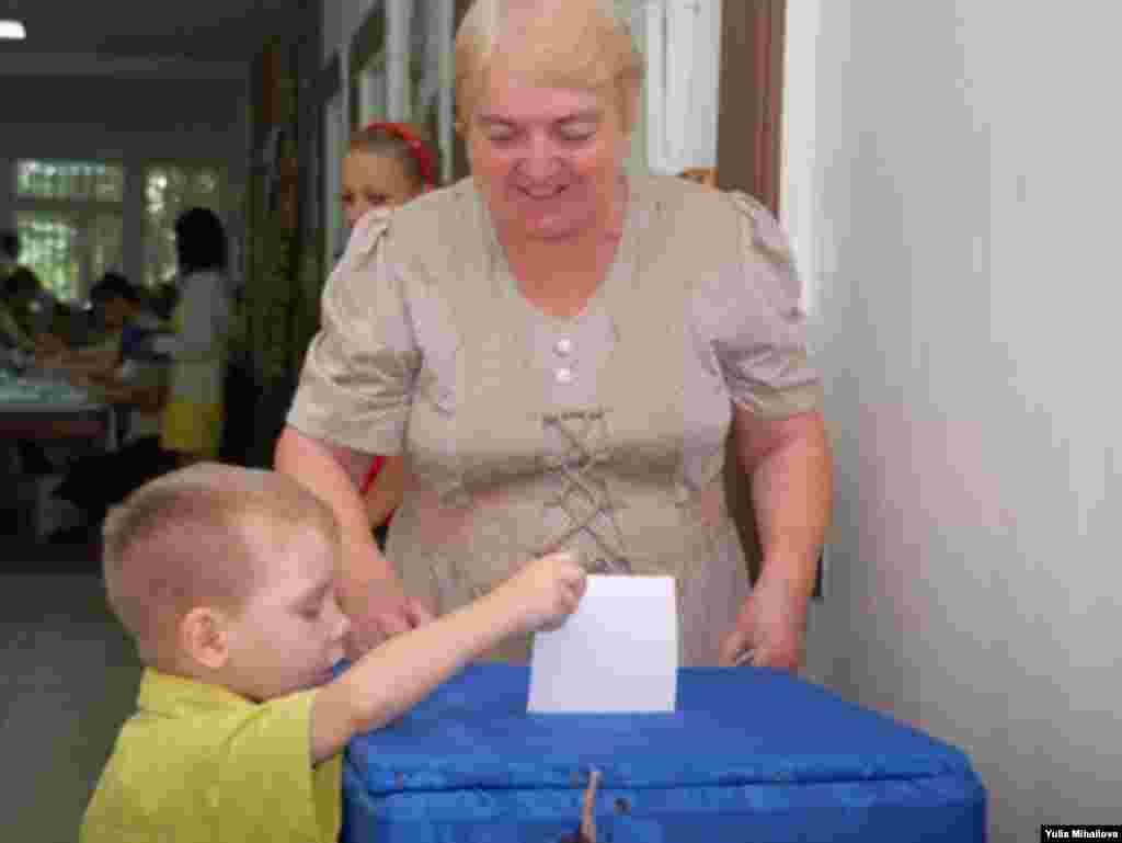 სოფელ იალოვენის ამომრჩევლებმა საქმეში ბავშვებიც ჩააბეს (1)