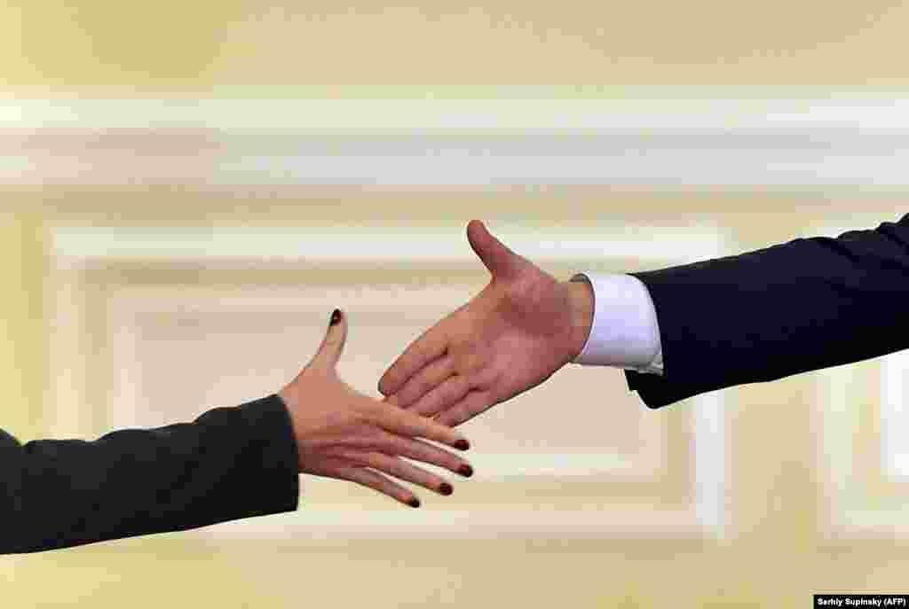 БЕЛГИЈА - Вицепремиерот за евроинтеграции Бујар Османи на средбата со шефицата за надворешна политика на ЕУ, Федерика Могерини во Брисел, го презентирал напредокот што Македонија го направила во имплементацијата на Планот 3-6-9, како и во останатите пречки на евроинтегративниот пат.