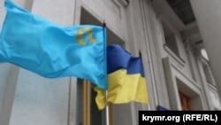 Крымскотатарский флаг установлен возле МИД Украины. 26 февраля 2015 года