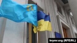 Крымскотатарский флаг в честь дня крымскотатарского флага, 26 июня 2015 года, возле МИД Украины