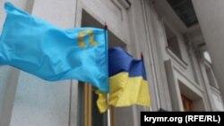 Кримськотатарський прапор на честь дня кримськотатарського прапора, 26 червня 2015 року, біля МЗС України