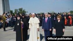 Папа Франциск Армениянын президенти Серж Саргсян менен (оңдо). 25-июнь, 2016-жыл