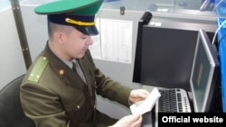 Молдова шекара қызметінің офицері құжат тексеріп отыр. (Көрнекі сурет.)