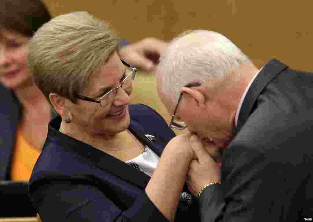 В Госдуме необходимо быть настоящим джентельменом и регулярно целовать руки дамам