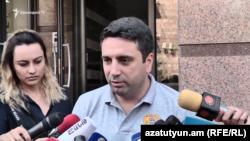 Ազգային ժողովի փոխնախագահ Ալեն Սիմոնյանը զրուցում է լրագրողների հետ, Երևան, 6-ը սեպտեմբերի, 2019թ.