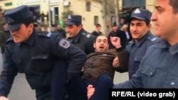 Силы безопасности Азербайджана задерживают сторонников оппозиции, протестующих против нарушений на парламентских выборах.