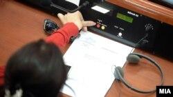 Депутат парламенту Македонії голосує за скасування виборів 5 червня, Скоп'є, 18 травня 2016 року