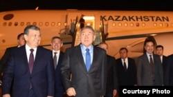 Шавкат Мирзияев, являвшийся на тот момент премьер-министром Узбекистана, встречает в аэропорту Ташкента президента Казахстана Нурсултана Назарбаева, который прилетел в узбекскую столицу для участия в саммите ШОС. Ташкент, июнь, 2016 года. Фото: akorda.kz