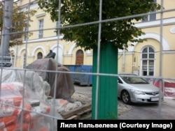 Малый театр нередко называют Домом Островского. Теперь статую классика можно разглядеть только через сетку строительного забора