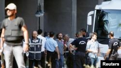 Аскерий төңкөрүш аракетине катышы бар деп айыпталгандар сотко жеткирилген учур. Анкара, 18-июль, 2016-жыл.