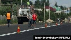 Қырғызстанда жол салып жатқан жұмысшылар