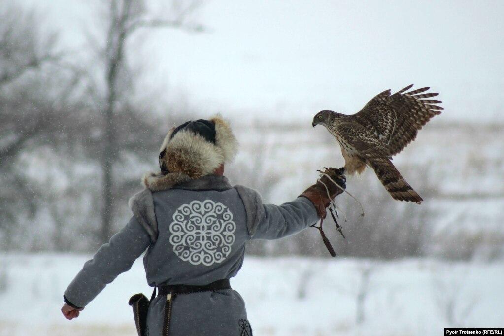 Охотник с орлом во время соревнований в Уральском, Казахстан, 25 февраля.
